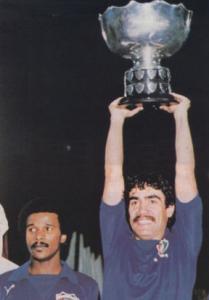 فيصل الدخيل يرفع كأس آسيا مع محبوب جمعة
